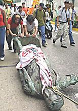 VENEZUELA DESTRUCCIîN ESTATUA COLîN